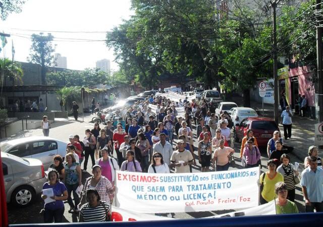 Trabalhadores em Educação protestam no centro de Foz do Iguaçu