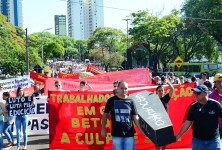 HISTÓRICO cerca de 500 educadores de Foz e região participam da Assembleia, em Curitiba (foto: Marcos Labanca).