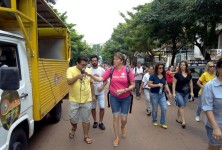 Educadores de Foz do Iguaçu percorrem as princiapais ruas da cidade.