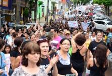 CONTINUA educadores de Foz e Região defendem a manutenção da greve (foto: Marcos Labanca).