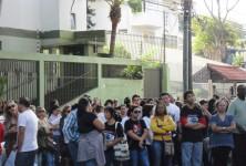 GREVE centenas de educadores protestaram em frente ao NRE de Foz do Iguaçu.