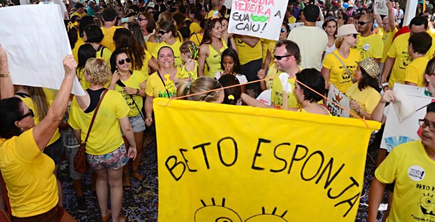 Beto Esponja: bloco da educação agita o carnaval de Foz