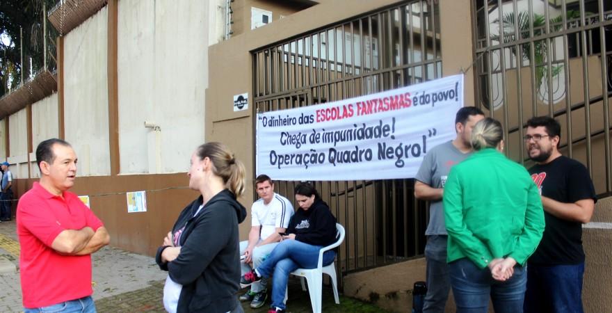 Educadores protestam em frente ao NRE de Foz do Iguaçu
