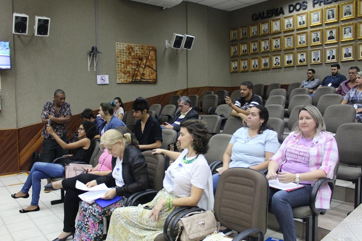 Educadores/as e estudantes acompanhar a tribuna livre na Câmara - foto APP-Sindicato/Foz