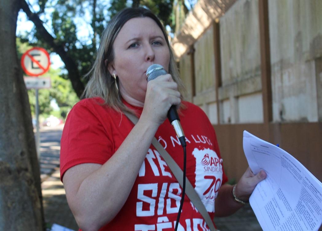 """Cátia Castro: """"Beto Richa entra para história como pior governo para a educação"""""""