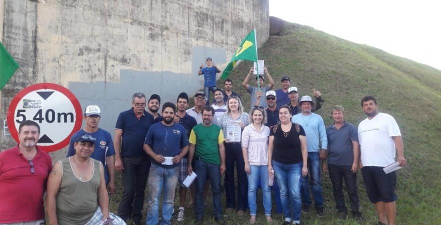 Dirigentes da APP junto aos caminhoneiros em Foz