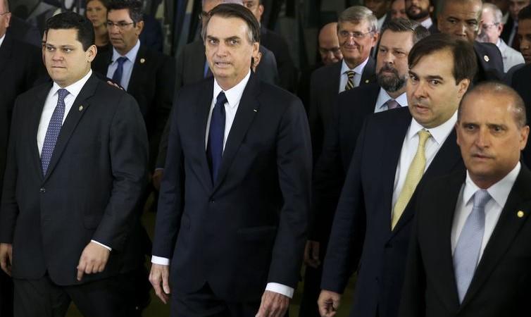 Bolsonaro dificulta aposentadoria para professoras e deixa militares fora da reforma
