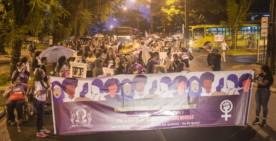 Contra a violência e por direitos, mulheres fazem marcha em Foz
