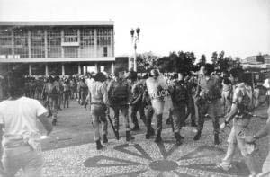 Agosto de 1988. Álvaro Dias solta os cavalos nos professores