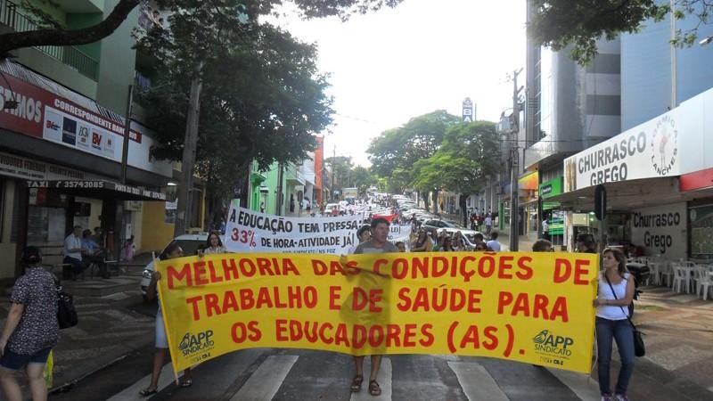 Trabalhadores da educação mostram força em Foz do Iguaçu