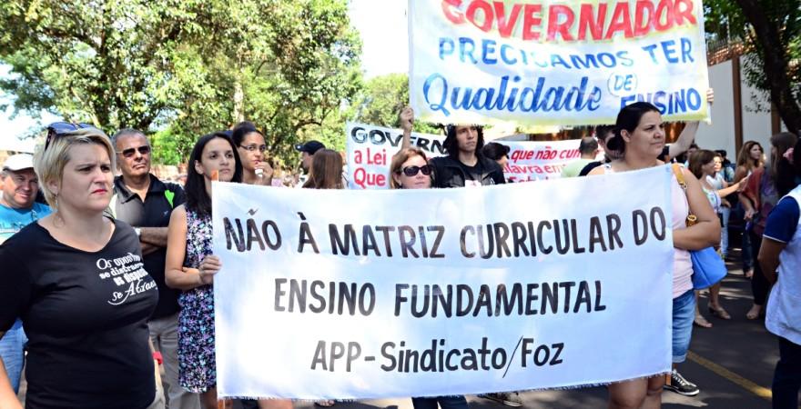 Professores e funcionários protestam e exigem respeito em Foz do Iguaçu
