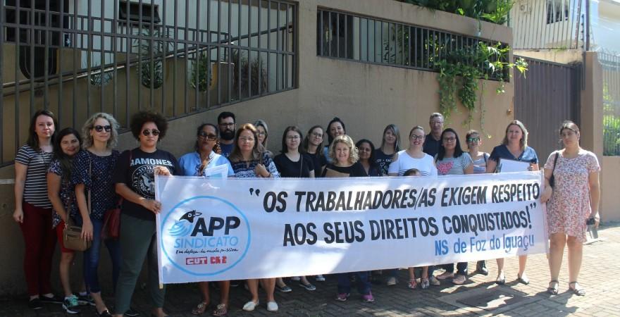 Ato dos servidores da educação em frente ao NRE - foto APP-Sindicato-Foz