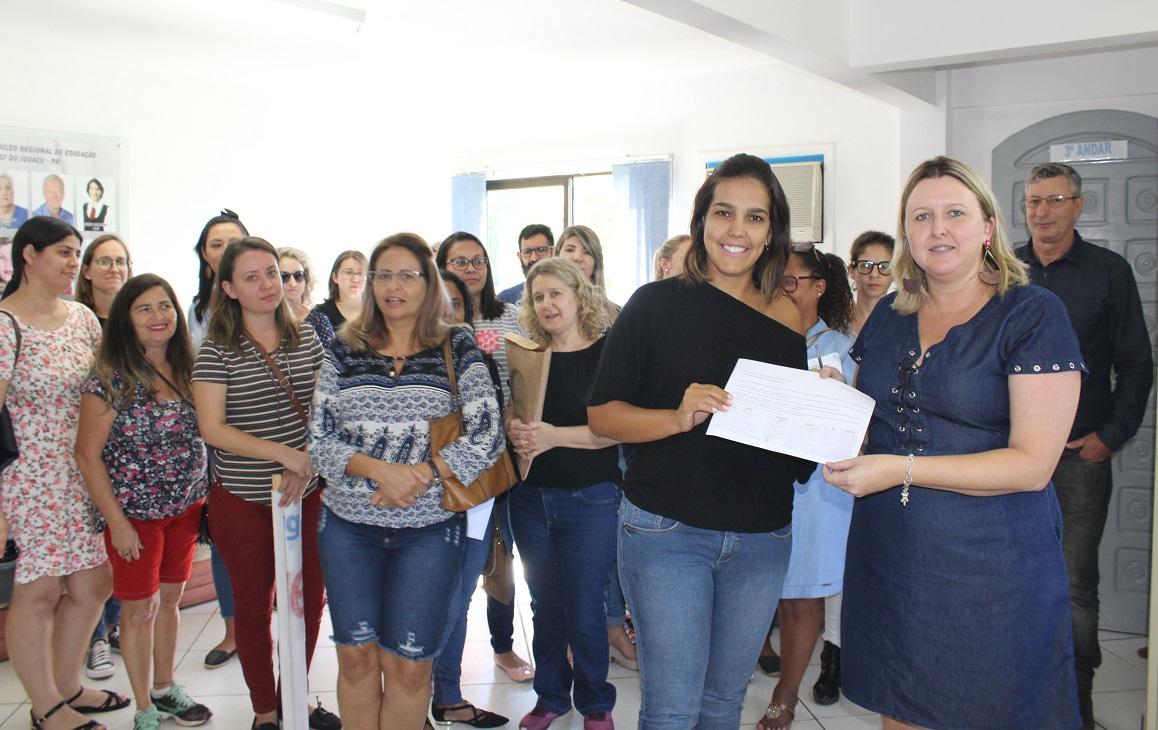 No NRE, educadores(as) entreguem documento para a chefia do órgão