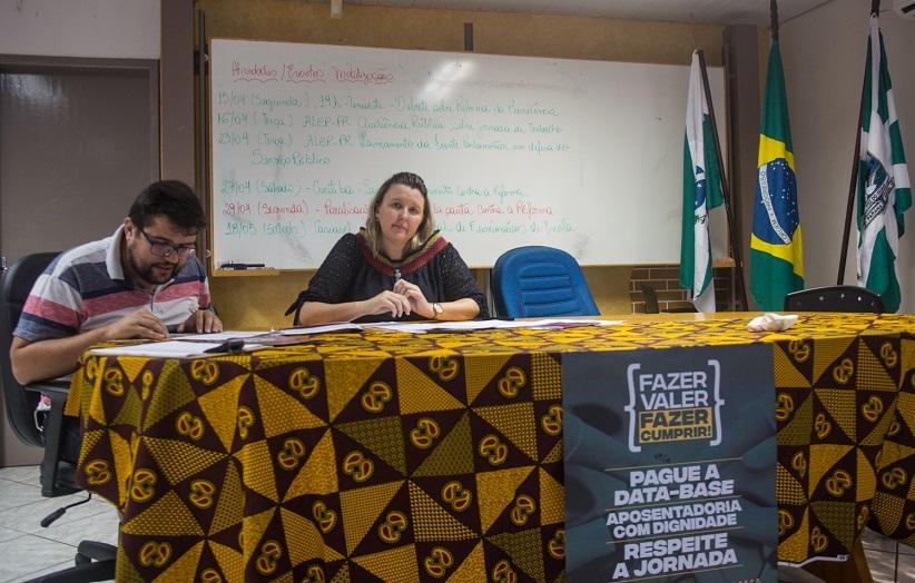 Cátia Castro e Silvio Borges, dirigentes da APP-Sindicato-Foz, conduzem a assembleia - foto Marcos Labanca