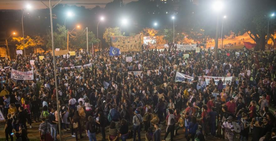 Em defesa da educação, 6 mil pessoas ocupam ruas e praças de Foz