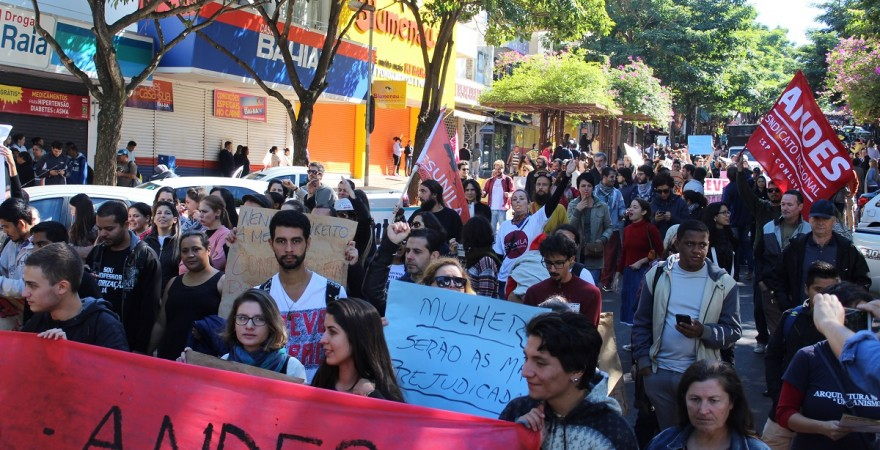 Durante a passeata, as ruas da cidade foram interditadas - foto APP-Sindicato-Foz