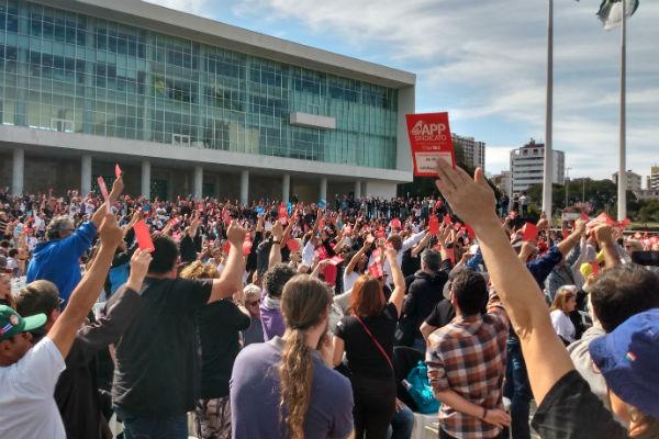Dia do(a) Professor(a) no Paraná tem protesto contra a retirada de direitos da categoria