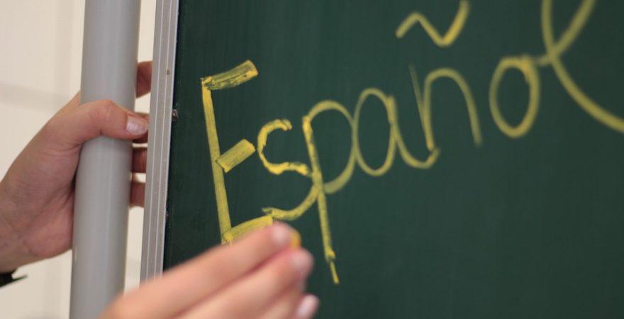 Ratinho Junior quer extinguir a disciplina de Espanhol. Movimento #FicaEspanhol convida professores para reunião em Foz