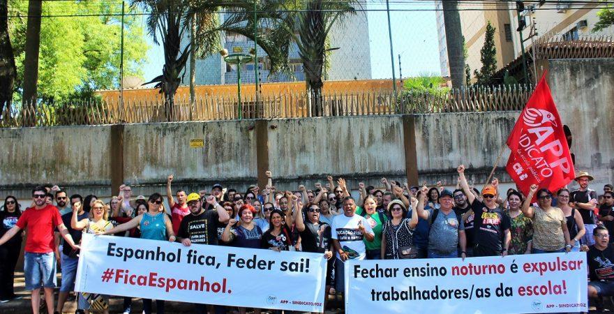 Educadores(as) iniciam greve com ato público em frente ao NRE de Foz