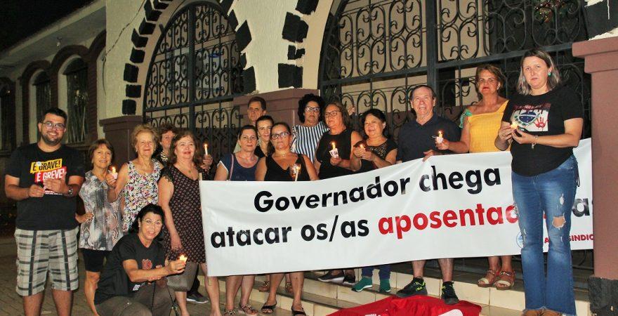 Educadoras(es) aposentadas(os) 'velam' Previdência na Praça do Mitre em Foz