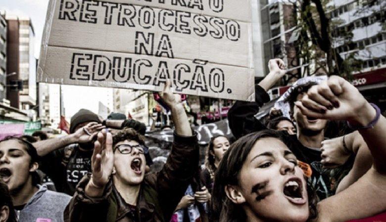 Estudantes fazem protesto em defesa da educação pública do Paraná