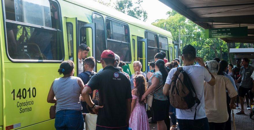 Alunos(as) de Foz ficam sem transporte escolar e deverão usar ônibus de linha; pais e mães reclamam
